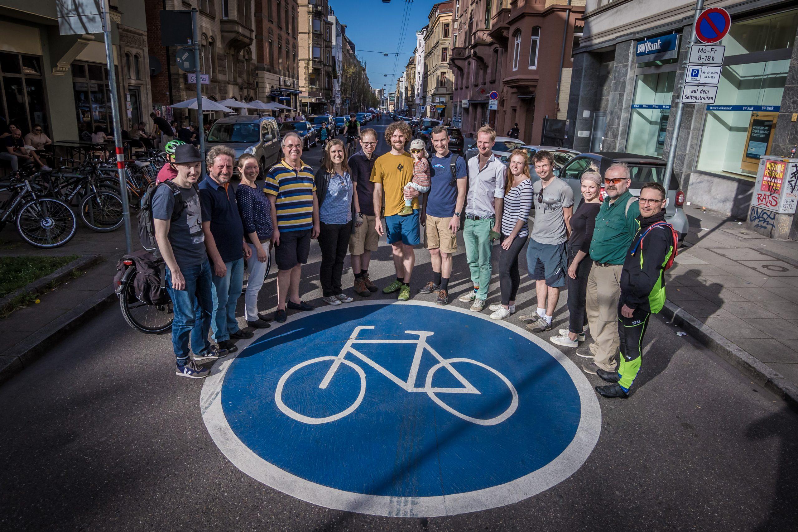 Team um Fahrradstraße-Fahrbahnmarkierung